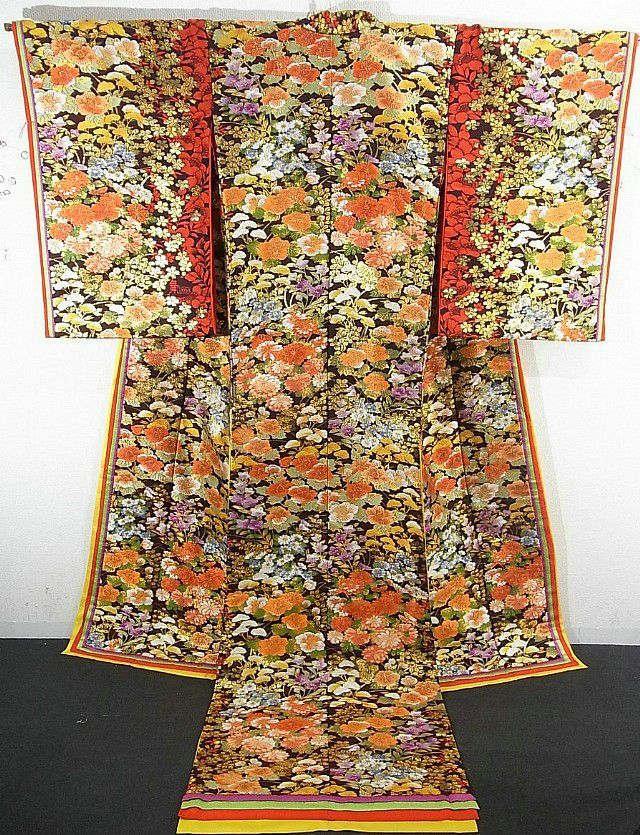 This is an enticing Mai Curren bland Uchikake with colorful autumn flower pattern such as 'Fuyo'(mallow rose), 'Kiku'(chrysanthemum), 'ominaeshi'(patrinia) and 'Kikyo'(Chinese bellflower), which is woven