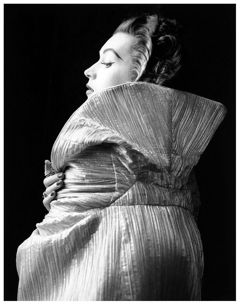 Dorothy Virginia Margaret Juba, inizialmente conosciuta come Dorothy Horan, ma in seguito diventata famosa con lo pseudonimo di Dovima (New York, 11 dicembre 1927 – Falls Church, 3 maggio1990), è stata una modella e attrice statunitense. Bio - Nata a New York, Dovima fu notata da un editore di Vogue, che le fece fare alcuni scatti fotografici da Irving Penn il giorno seguente.
