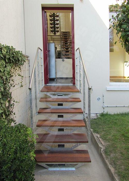 Escalier droit ext rieur d 39 acc s au jardin au design contemporain en acie - Escalier avec limon central en bois ...
