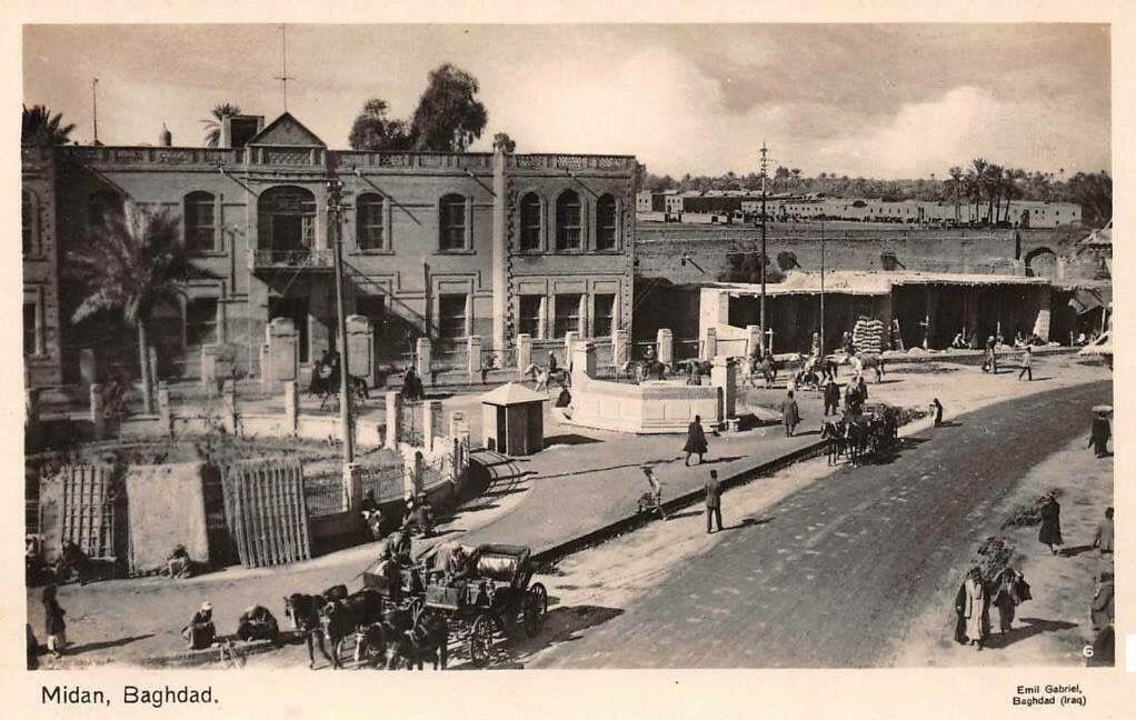 صورة توثيقية من بغداد منطقة الميدان عام 1928 ويظهر في الصورة بناية المدرسة المأمونية الأبتدائية وتقع عند مدخل الطريق المؤدي الى الثانوية المركزية و نادي الضب