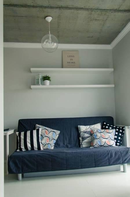 Nieotynkowany Strop Typu Filigran; Sofa: Ikea Beddinge Lovas; Lampa: Http:/