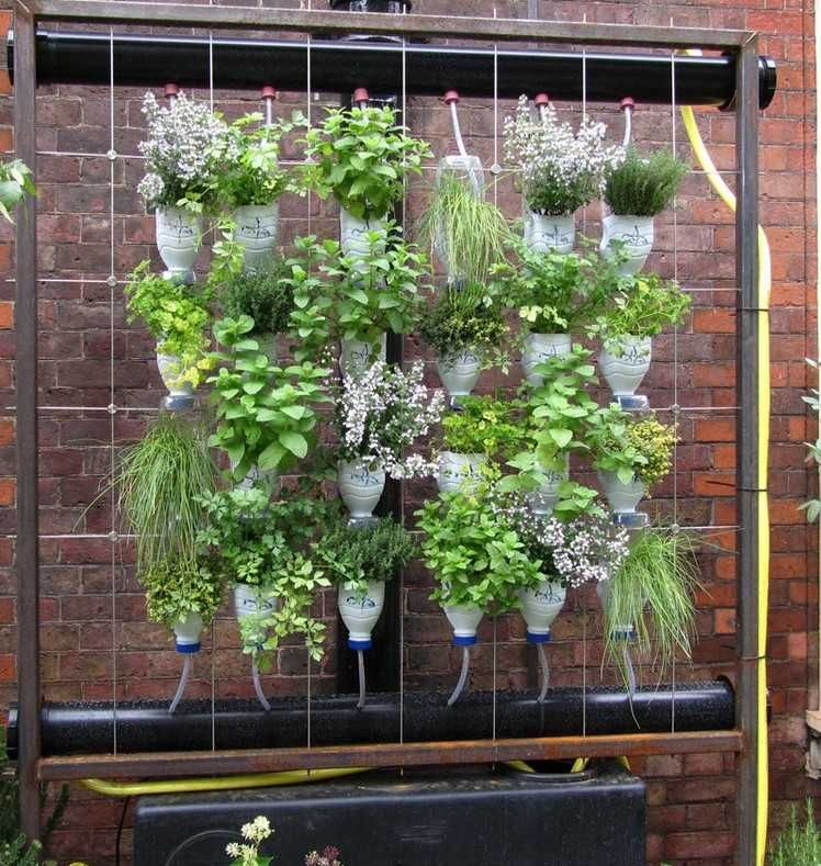 vertikaler garten aus plastikflaschen | deko | pinterest, Gartengerate ideen