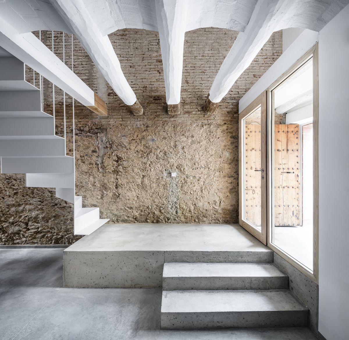 Rehabilitaci n de una casa entre medianeras en sant feliu for Fachadas de casas modernas entre medianeras