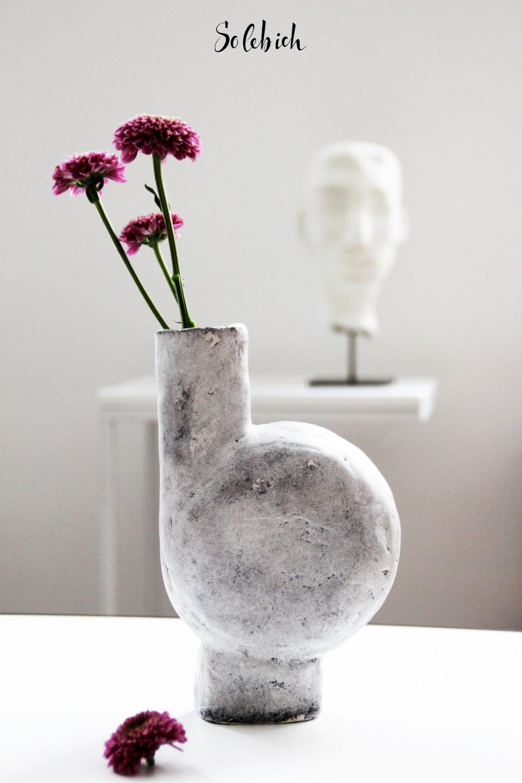 Einzigartige Keramik: Geschirr und Vasen für den gedeckten Tisch #tischdekoherbstesstisch Einzigartige Keramik: Geschirr und Vasen für den gedeckten Tisch! Entdecke die schönsten Dekoideen für deinen Esszimmer mit Vasen! Foto: Sigi H.ome #solebich #geschirr #wishlist #keramik #vasen #esstisch #deko #tischdeko #herbst #tischdekoherbstesstisch
