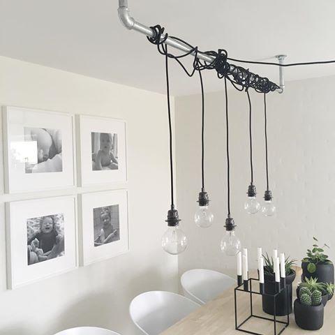 Elsker vores hjemmelavede lampe over spisebordet #diy #myhouse #hjemmelavet #lampe #heytherehi @heytherehicph #vandrør #hay #ribba #ikea #ikeaodense #kubus #sinnerlig #pilea #kaktus #3meter #egetræ #spisebord