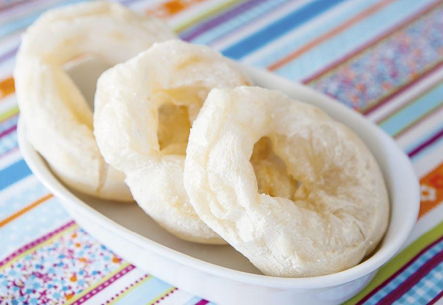 Ahhh! Uma rosquinha de polvilho é tudo de bom! Acompanhada de um cafezinho, suquinho ou chá é a combinação perfeita para as tardes de inverno. Mas peraí! Pode comer rosquinha na dieta?Para a nossa…