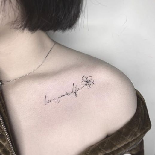 Frase: Love yourself - Tatuajes para Mujeres