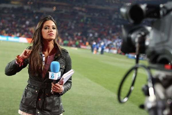 Spanish Tv Presenter Sara Carbonero Ethihad Stadium Manchester Sports Women Sports Pictures Sports