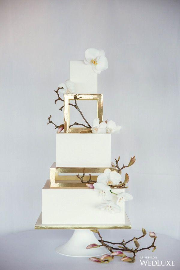 Goldseparatorreihen Auf Quadratischer Hochzeitstorte Inspiration