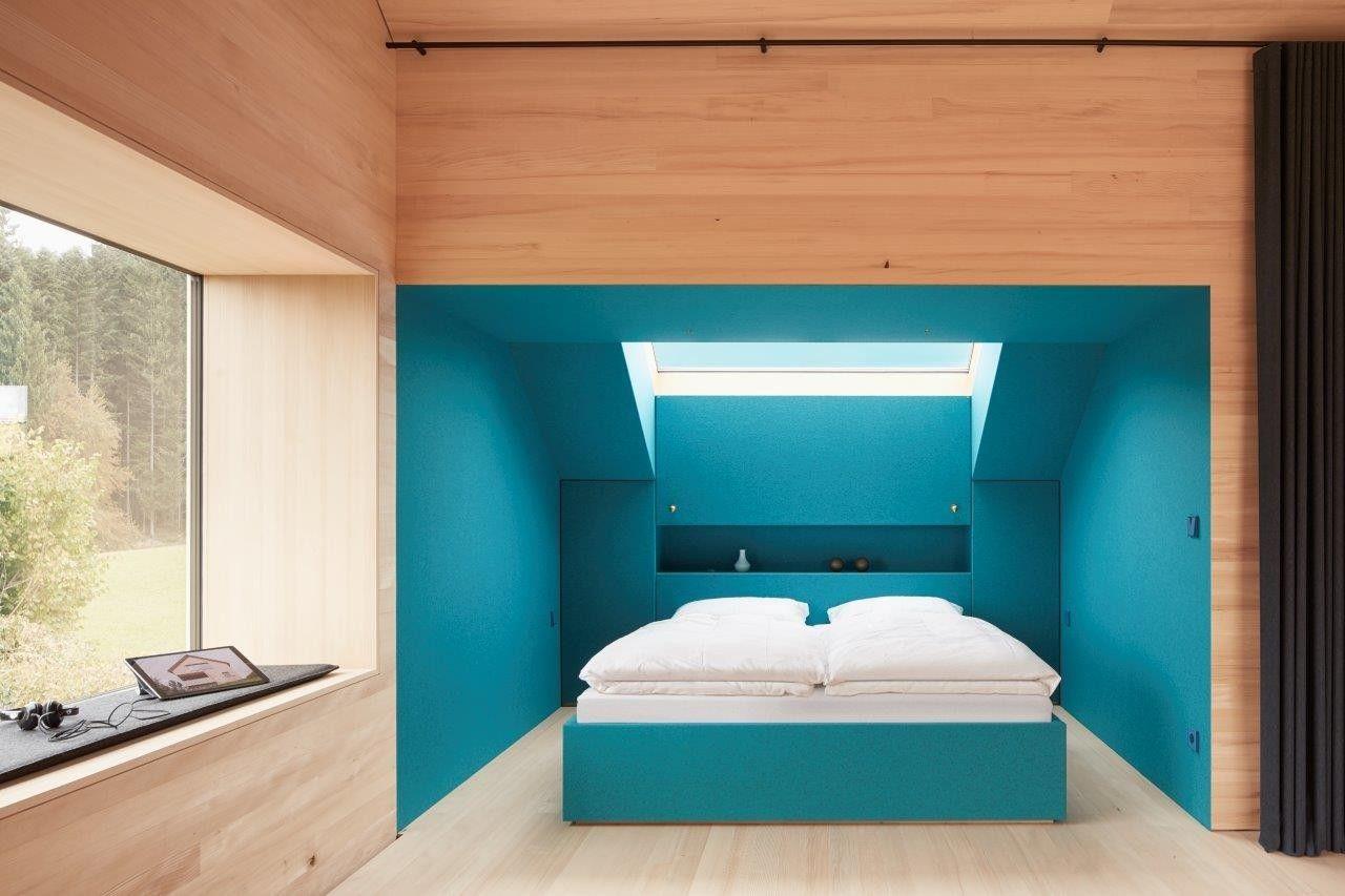 Farb- und Lichtakzent: Auch die Bettnische ist mit blauem Filz ...