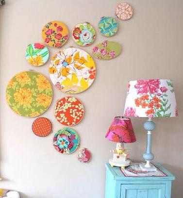 Tecidos coloridos em bastidores de bordado como molduras