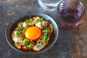 冬に旬を迎え、いっそう美味しくなる牡蠣。酢牡蠣や鍋でも美味しくいただけますが、今回は簡単に作れてお酒が進みまくる牡蠣のつまみを紹介します。紹介するのは牡蠣ユッケ、牡蠣ニラ玉、牡蠣キムチの3種類。ユッケとキムチは生食用の牡蠣を使っており、材料を混ぜて漬けておくだけ、ニラ玉は加熱用の牡蠣を使っており、基本は炒めるだけという簡単さです。どの料理もお酒はもちろん、ご飯にも合います。どのレシピも、最初に牡蠣を片栗粉と塩で優しく揉んだら、洗って水気をとる下処理をしています。簡単な方法なのでぜひ参考にしてみてくださいね。(アジア・エスニック料理のグルメガイド)