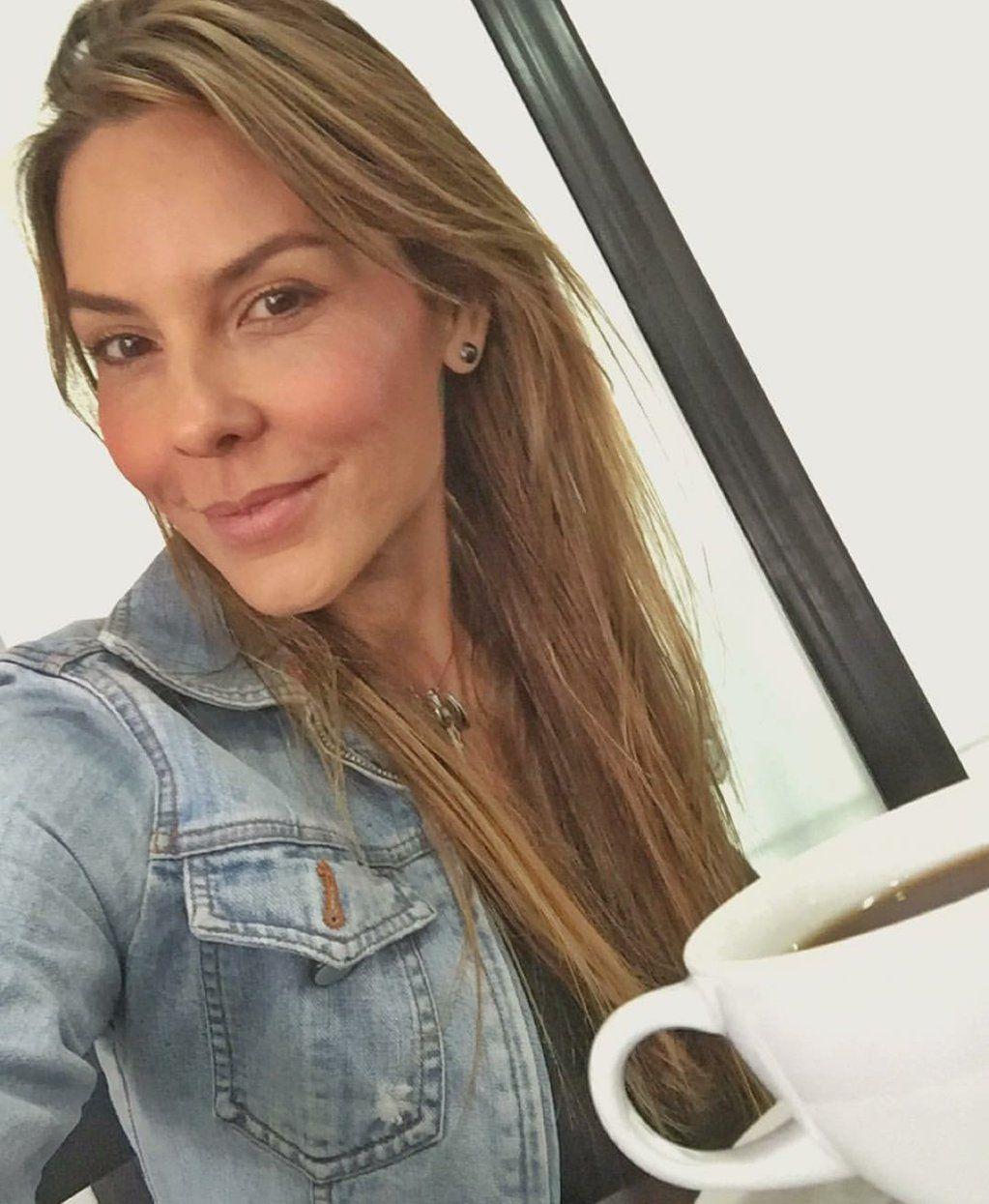 """Paula Andrea B. on Twitter: """"Recuerda siempre: que tu actitud sea tu mejor traje y tu sonrisa el mejor regalo. #FelizSemana https://t.co/T9MvLjYPaD"""""""
