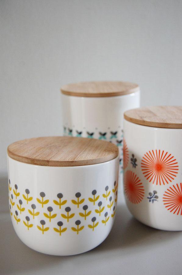 Deze porseleinen pot met een mooie print van Mr & Mrs Clynk kan je gebruiken als voorraadpot of ook als vaasje. Met een lichtkleurig houten deksel als finishing touch.
