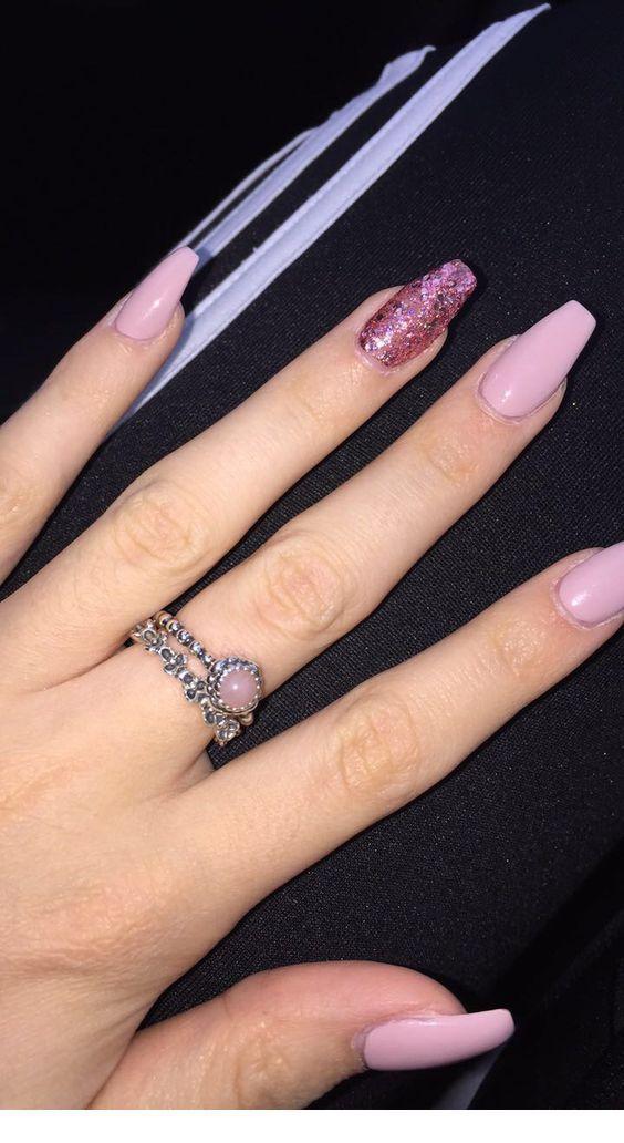 Rosa mittlere Nägel und süßer Ring
