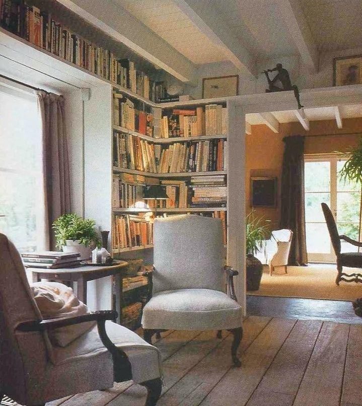 De leeshoek in de woonkamer met boekenplanken en een knus zitje ...