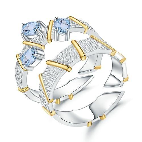 Envío Gratis: EE.UU. (9-15 días) Descripción: Estos anillos son la joya perfecta para hacer un juramento de amor verdadero. El delicado topacio celeste lo hace muy sofisticado y los detalles dorados le dan un estilo muy elegante. Su base es de plata de ley de primera y su superficie está decorada con pequeños topacios, son la combinación ideal para el compromiso y ¡unas piezas que te enamorarán. Cuidado y Mantenimiento: Guarde sus joyas en el embalaje original o en un estuche blando para evitar