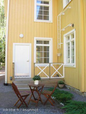 Yellow wooden house / Keltainen puutalo