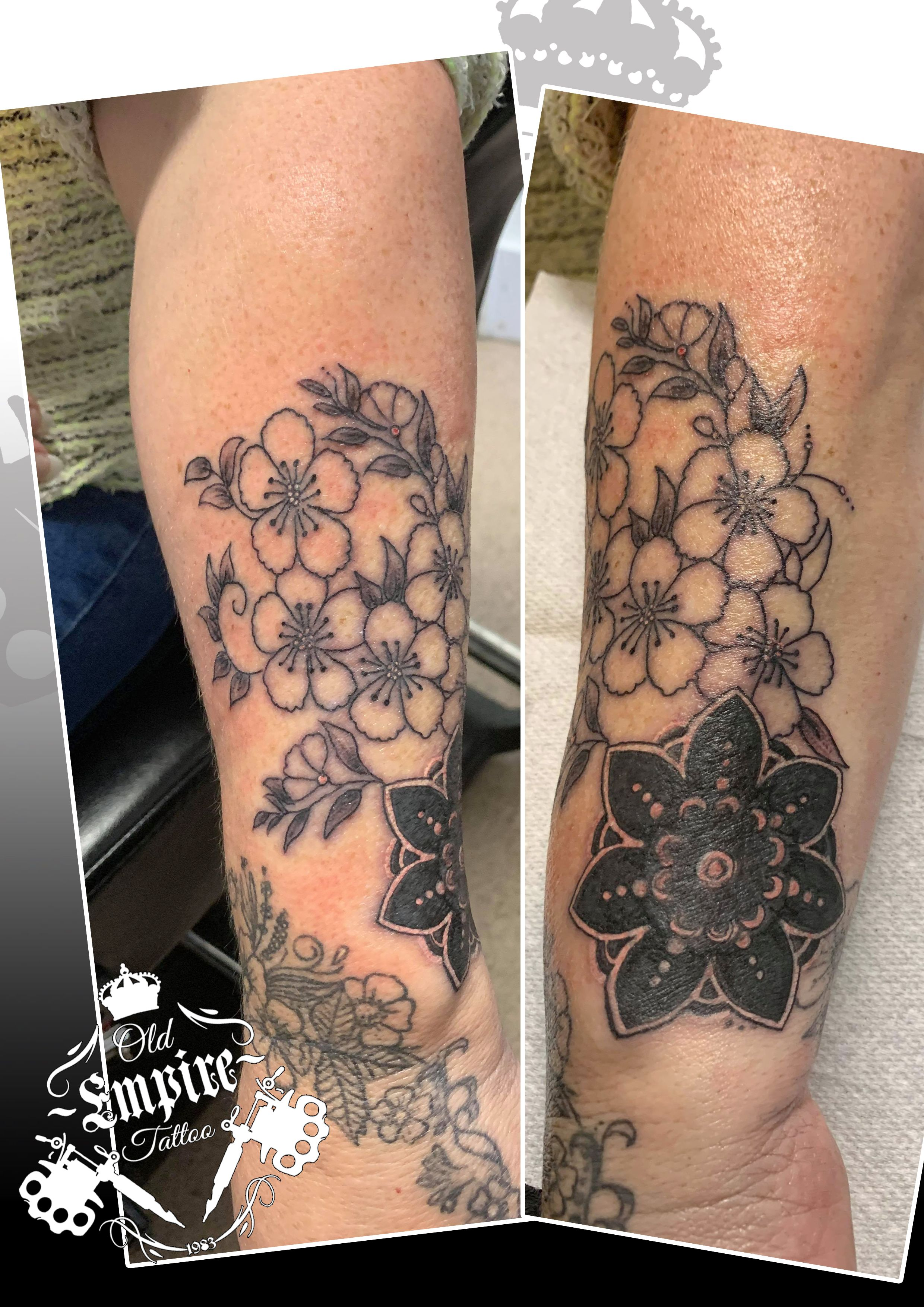 Cover up from today ! Got rid of a unwanted tattoo with some cute flowers 💐 #coverup #flowertattoo #floraltattoo #cover #covertattoo # #tattooist #blackandgreytattoo #tattooartist #tattoos