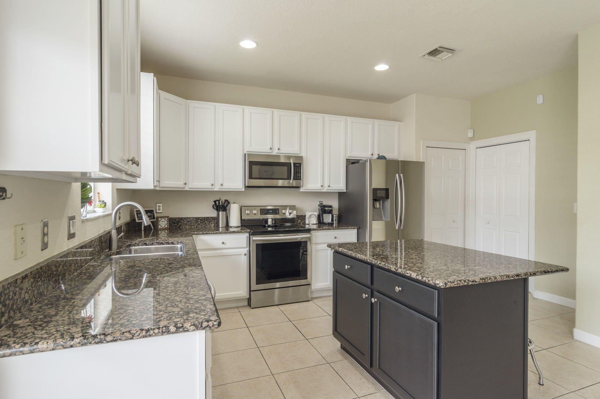 8053 Murano Circle Palm Beach Gardens Fl Spacious Kitchens Kitchen Design White Kitchen Cabinets