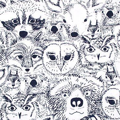 Art Gallery(アートギャラリー)「Indian Summer Menagerie Onyx」(USAコットン)の生地通販。「Indian Summer Menagerie Onyx」は、人気デザイナー Sarah Watson が手がけた動物柄の生地。クマやタヌキ、フクロウやキツネ、シカやリスなどたくさんの動物の顔が描かれています。ラフなペン描き・シンプルなカラーながらインパクトのあるデザインです。アメリカの人気ファブリックが豊富な輸入生地のお店。ポップなUSAコットンがお好きな方におすすめの生地屋さん。
