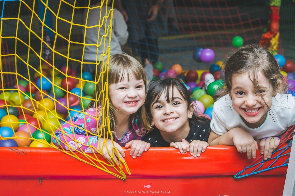 crianas brincando na piscina de bolinhas em festa infantil que aconteceu em botafogo rio