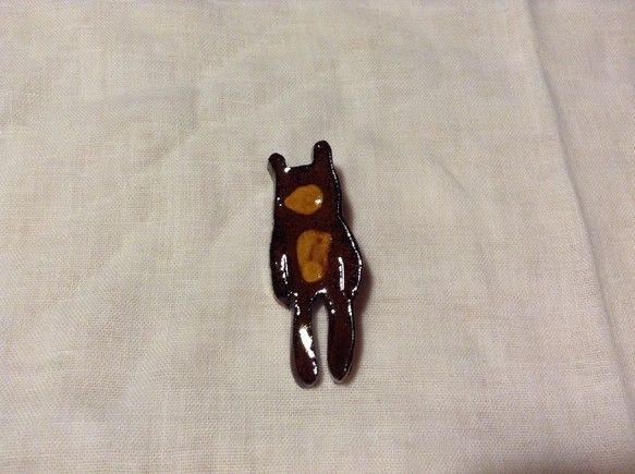 ぼーっとしたクマを飴色で表現してみました。沖縄の赤土と飴釉という伝統的な素材でかわいさを引き出せないかなと思い作った陶製ブローチです。カバンや帽子、ストールや... ハンドメイド、手作り、手仕事品の通販・販売・購入ならCreema。