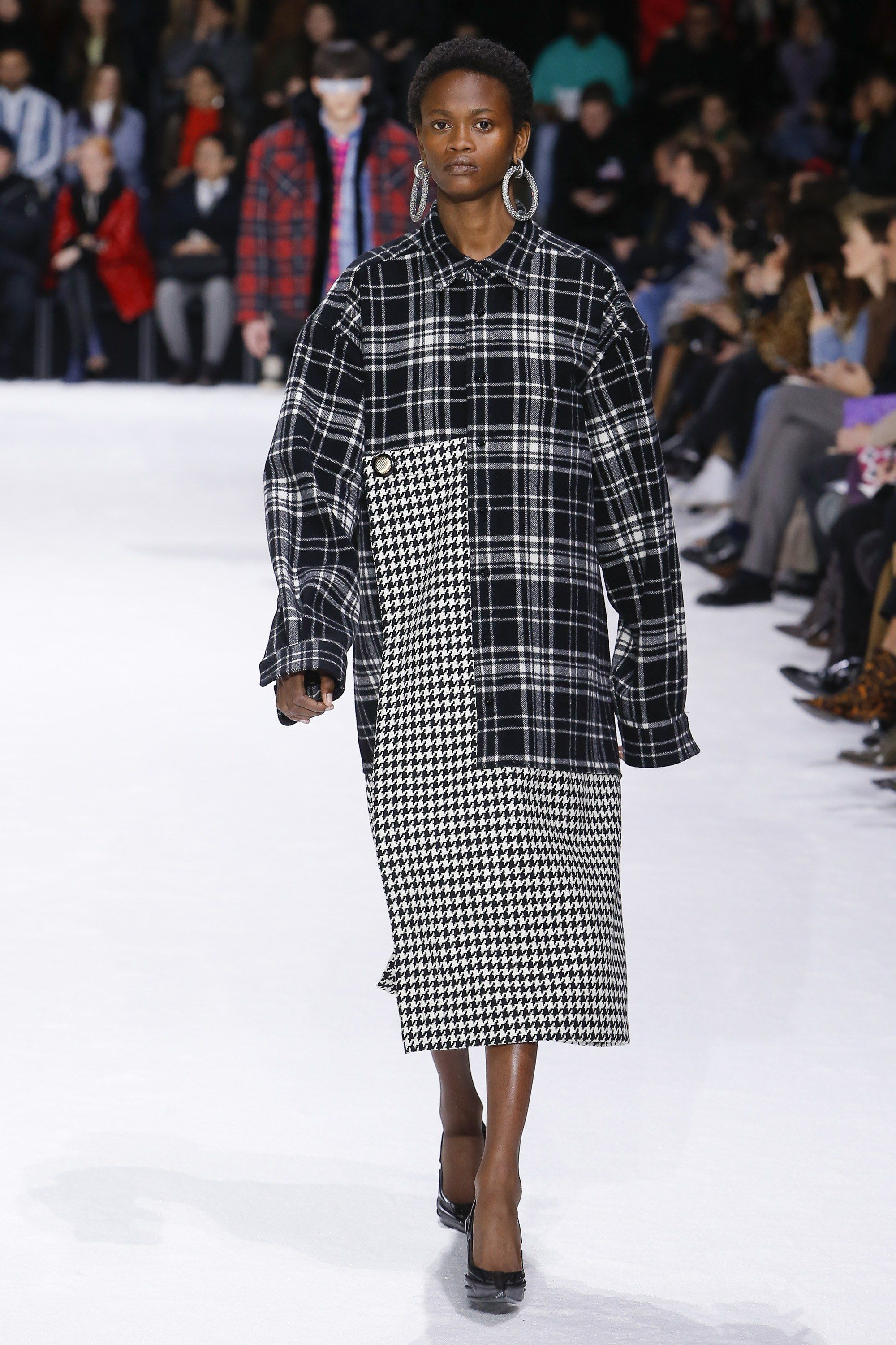 The complete Balenciaga Fall 2018 Ready-to-Wear fashion show now on Vogue  Runway. 8f28bb8e0902