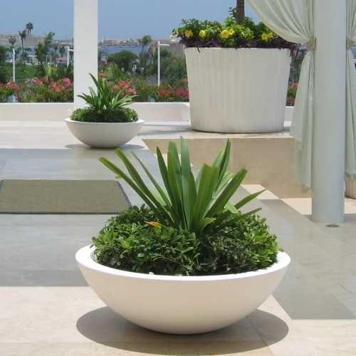 Jicaras macetas minimalistas de fibra de vidrio meue for Plantas minimalistas para exteriores