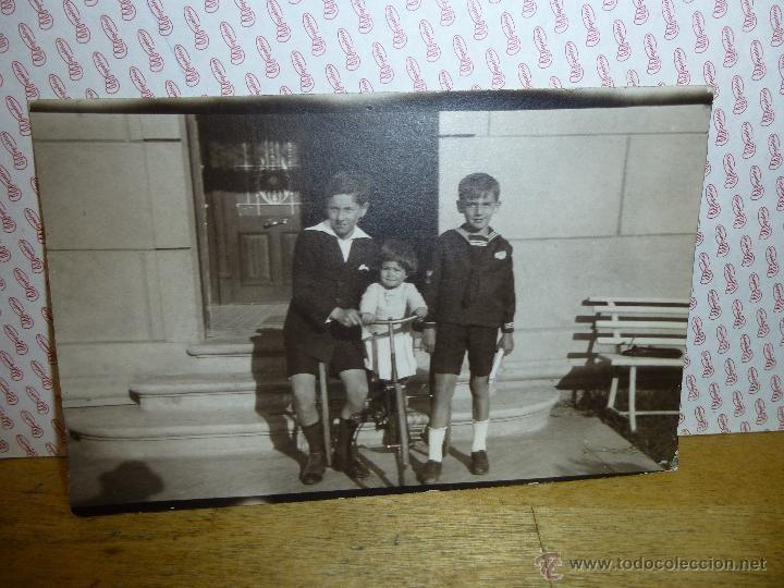 Fotografía antigua: BONITA FOTOGRAFIA DE NIÑOS POSANDO, CON BICICLETA, 14 X 9 CM. - Foto 1 - 47388914