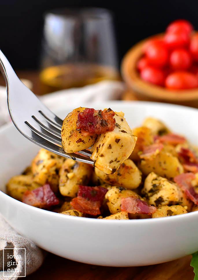 Crispy Chicken Bacon and Pesto Gnocchi Skillet  GlutenFree Recipe Mit diesen Merkmalen wird die Komfortnahrungssucht beschrieben Lebensmittelprodukte mit hohem Zucker Sch...