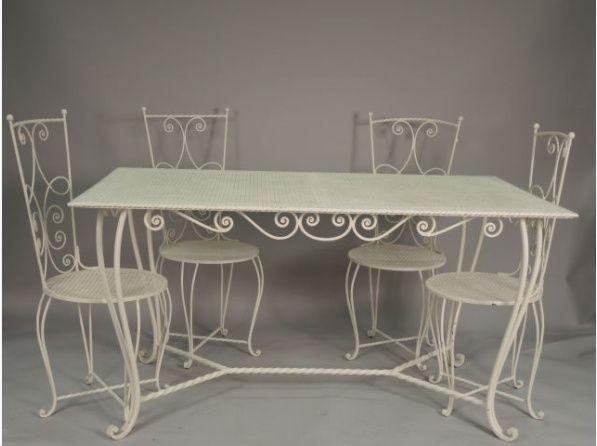 Salon de jardin 1900, en fer forgé laqué blanc comprenant une table ...