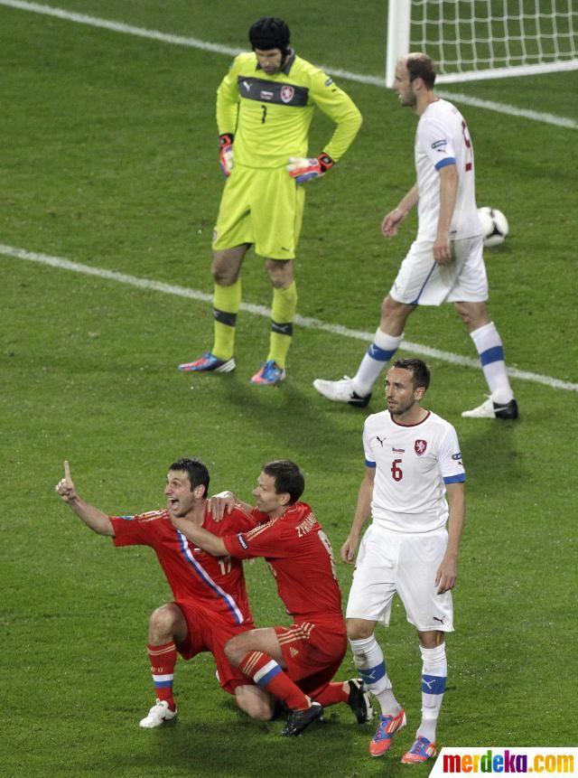 Dua Pemain Rusia Alan Dzagoev Dan Konstantin Zyryanov Melakukan
