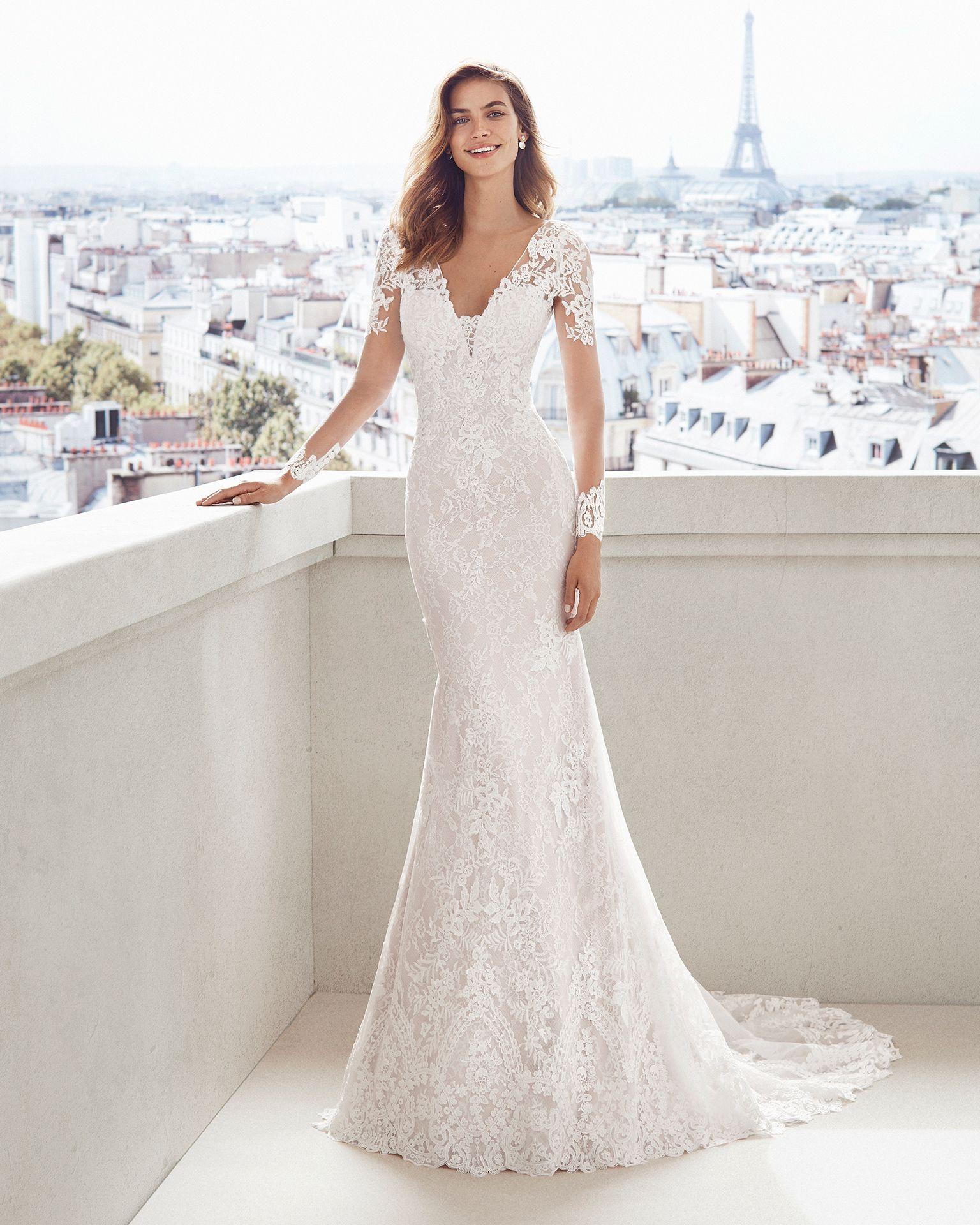 43523942ef Vestido de novia corte sirena de encaje. Escote V, manga larga y falda de  aplicaciones. Disponible en color natural y natural/champagne. Colección  2019.