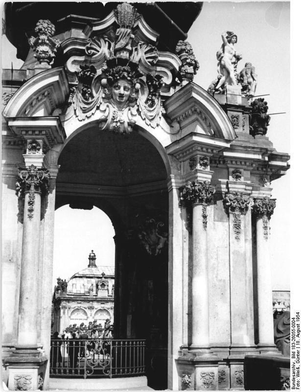 Bundesarchiv_Bild_183-26055-0004,_Dresden,_Zwinger,_Kronentor.jpg (615×800)