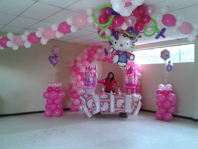 Decoraci n del sal n de fiesta con estilo hello kitty for Decoracion para techos