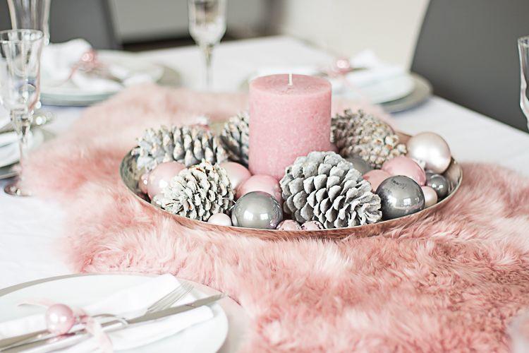 Weihnachtliche Tischdeko Mit Fell In Altrosa Weihnachtstafel Weihnachtsdeko Rosa Rosa Weihnachtsschmuck