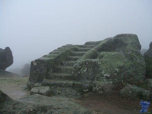Yacimiento de Ulaca, situado en un promontorio, cuenta con restos arqueológicos poco comunes como un altar y una sauna de iniciación, construidos en granito. yacimiento ulaca-10.jpg