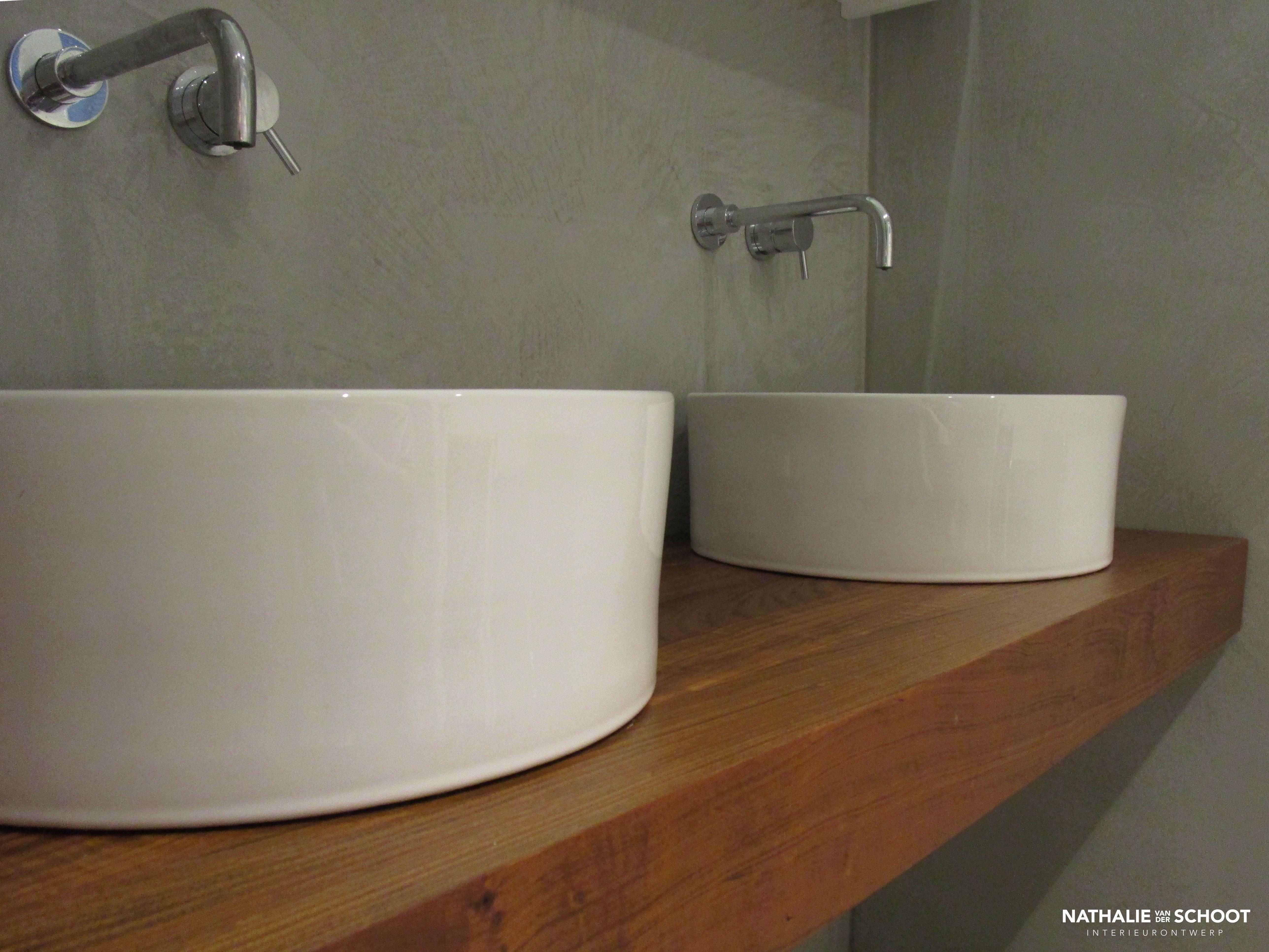 Badkamer in verbau betonstuc kleuren steenkool en
