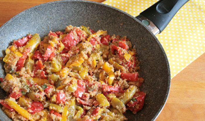 I peperoni ammollicati si preparano facendoli friggere in padella, aggiungeremo poi i capperi, la mollica, l'origano e il pecorino e termineremo la c...