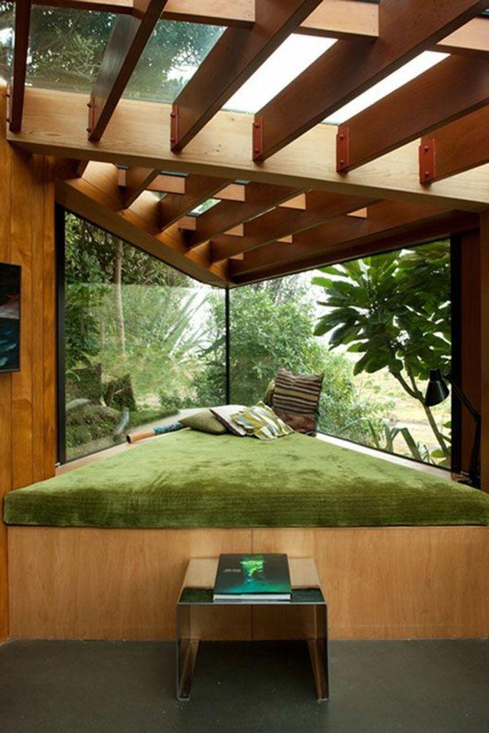 Decoracion minimalista cama triangulada de madera ventanas for Casa minimalista rojo