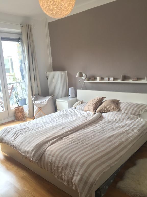 Helles, großes Schlafzimmer mit großem Bett in Hamburger Wohnung - schlafzimmer in weiß