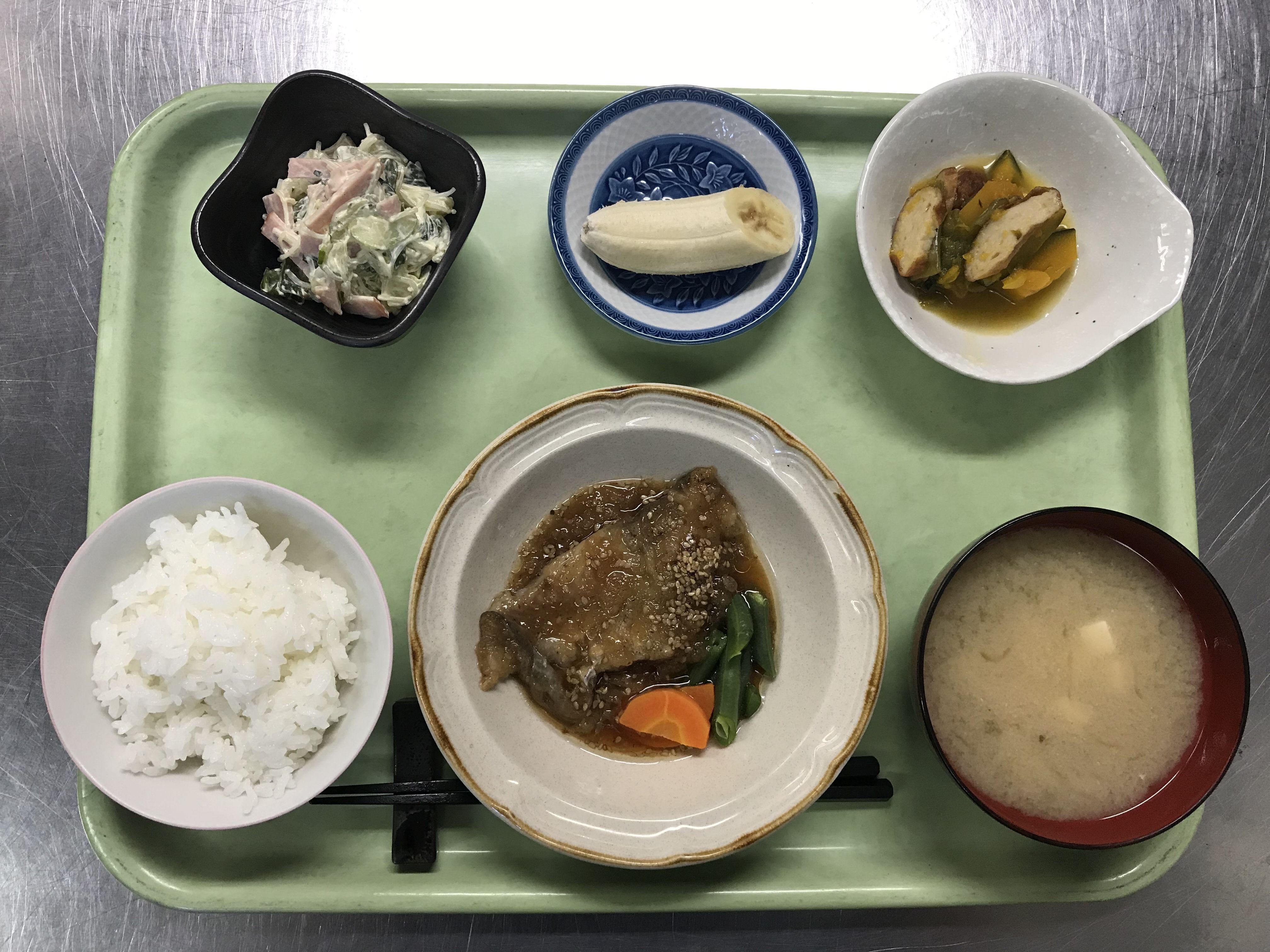 たらの揚げごま風味煮、かぼちゃと天ぷらの煮物、春雨サラダ、豆腐の味噌汁、バナナでした!たらの揚げごま風味煮が特に美味しかったです!648カロリーです