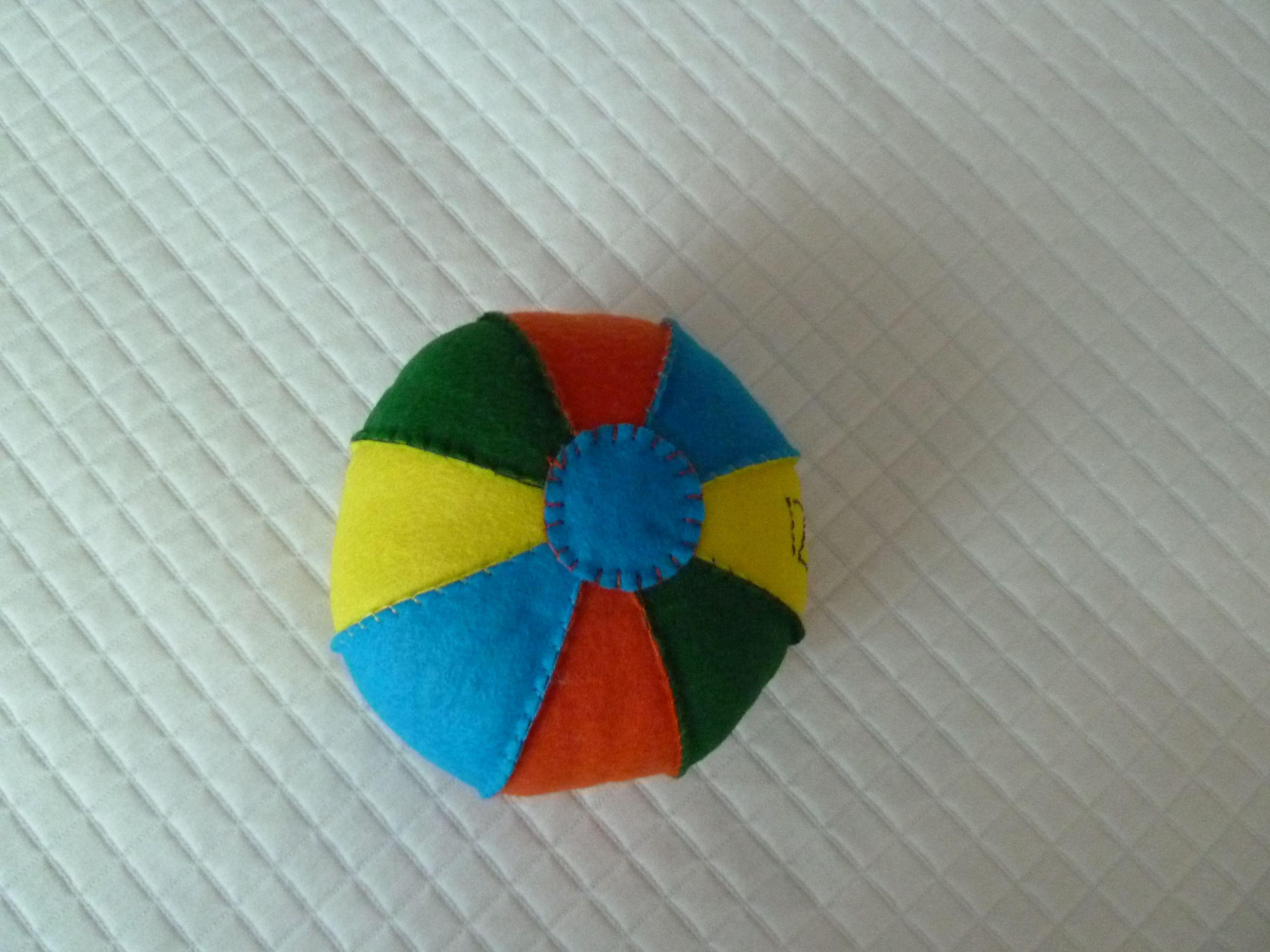 pelota de fieltro con sonajero en el interior