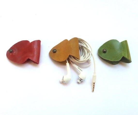 Artículos similares a soporte para auriculares, organizador de cordón de cuero hecho a mano, sujetacables, organizador de cable, guardacables, forma de pez, en Etsy