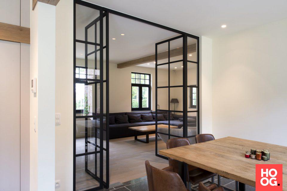 Luxe woonkamer inspiratie met stalen deuren en kozijnen   interieur ...