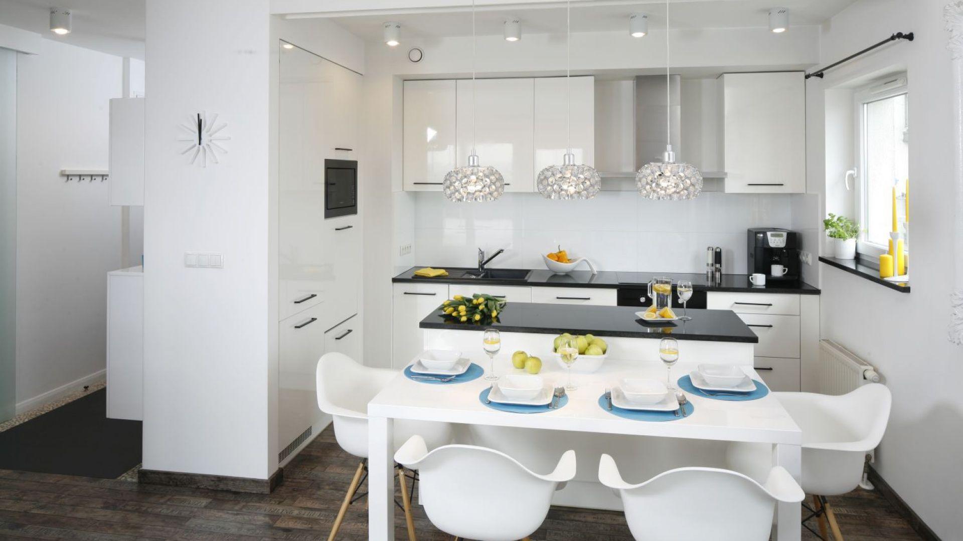 Znalezione Obrazy Dla Zapytania Stol Przy Wyspie Kuchennej Modern Kitchen Cabinet Design Kitchen Interior Modern Kitchen Cabinets