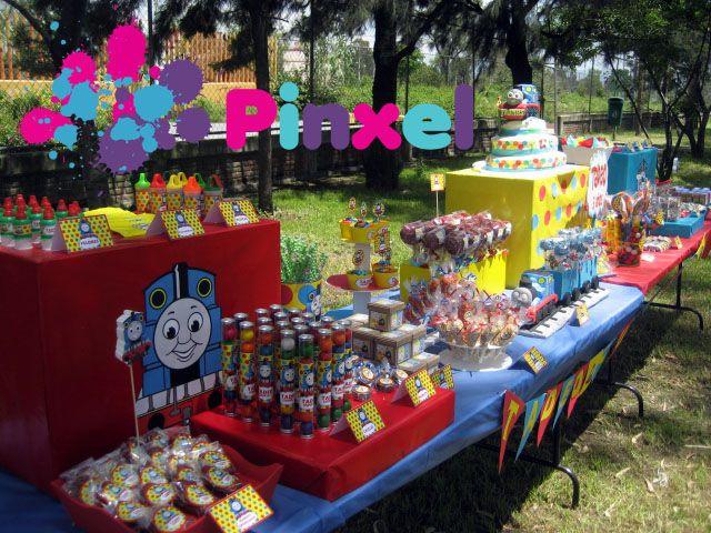 Mesa de dulces thomas el tren fiesta infantil for Decoracion de mesas dulces infantiles