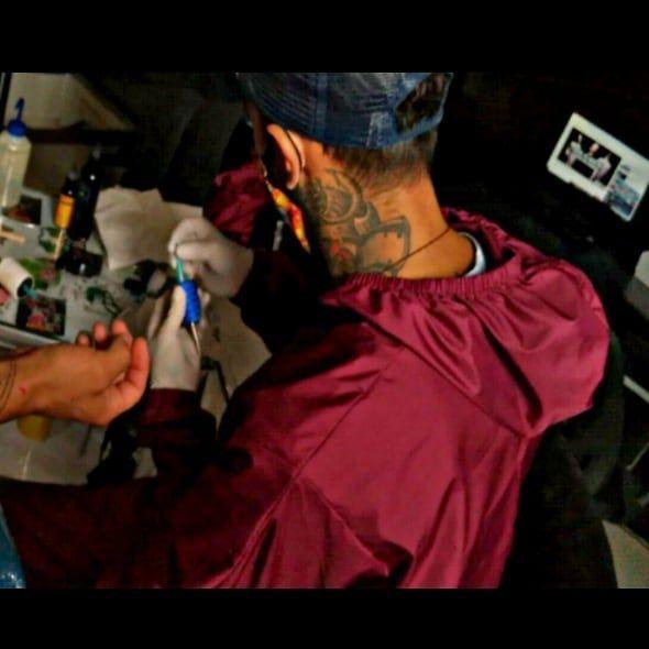 🌹J A D E 🌹 • • • • Tatuador: ➡️ @soreone_tatto ✒️ • • • • 👽💉💯💣💥 • • • • #realismotattoo #sombrastattoo #ink #inktattoo #tattoo #tattoos #tattooartist #tattoodesign #tattoolife #pandemiatattoo #pandemiainkestudio #soreonetattoo #bogota #colombia🇨🇴
