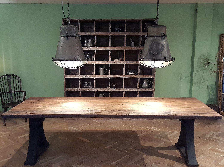 Dieser Industrie Design Tisch hat alte Gusseisen Beine, der ...